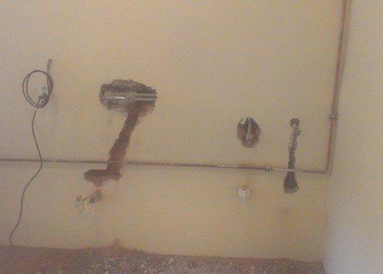 Instalace 4x zásuvky, přemístění pračkového kohoutu, dřezové baterie, odmontování dveří a futer