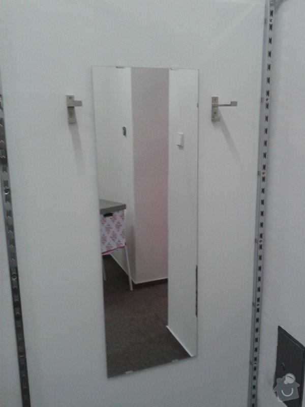 Pověšení velkých zrcadel, přivrtání polic věšáků na stěnu: 20130627_135241