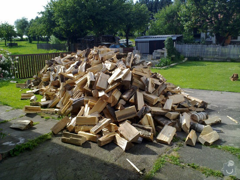 Úklid naštípaného dřeva do sklepa: 090720132371