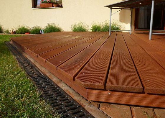 Venkovní terasa z materiálu merbau (Intsia Bijuga)