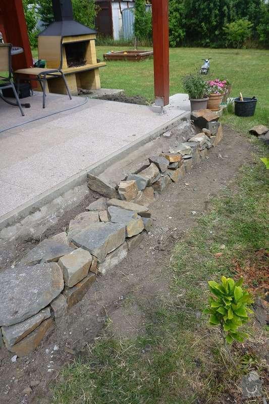 Okapová zídka u terasy, obložení betonové podesty přírodním kamenem: P1020525