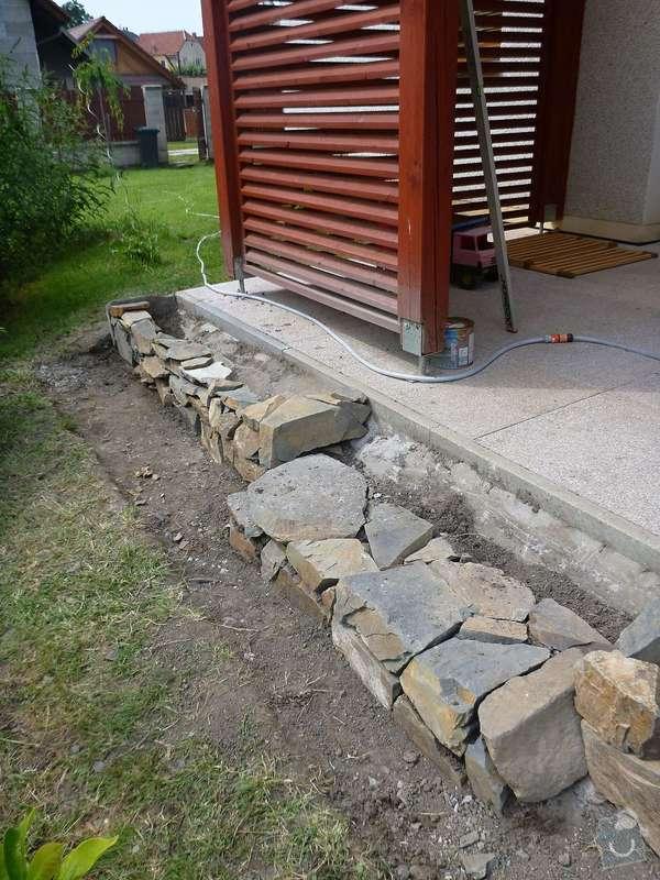Okapová zídka u terasy, obložení betonové podesty přírodním kamenem: P1020526