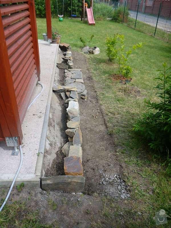 Okapová zídka u terasy, obložení betonové podesty přírodním kamenem: P1020527