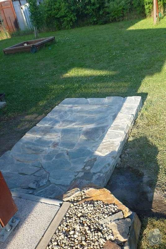 Okapová zídka u terasy, obložení betonové podesty přírodním kamenem: P1020613