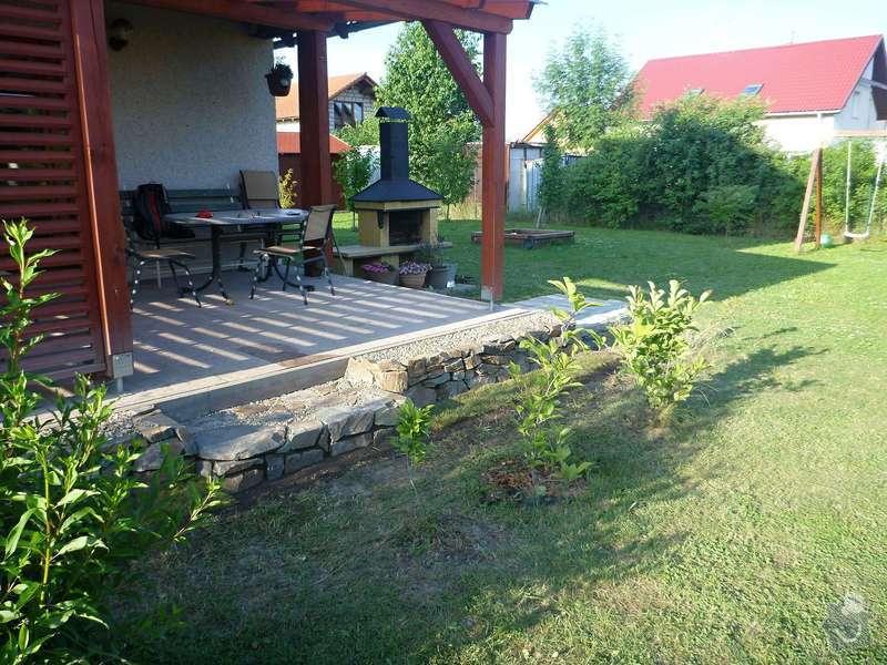 Okapová zídka u terasy, obložení betonové podesty přírodním kamenem: P1020618