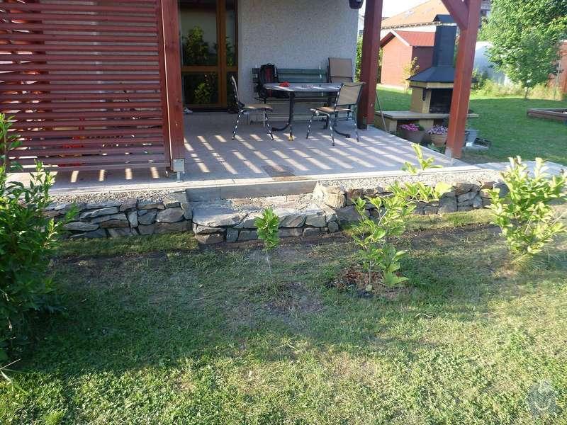 Okapová zídka u terasy, obložení betonové podesty přírodním kamenem: P1020619