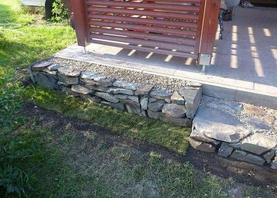 Okapová zídka u terasy, obložení betonové podesty přírodním kamenem