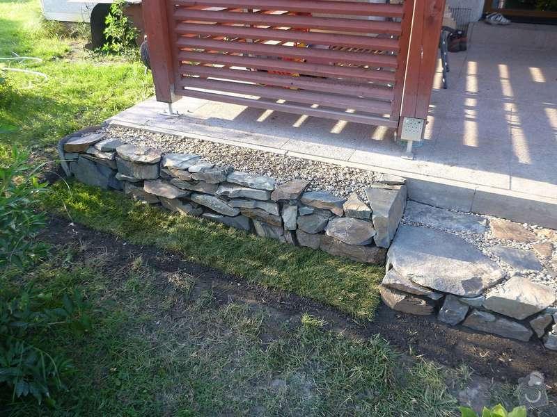 Okapová zídka u terasy, obložení betonové podesty přírodním kamenem: P1020620