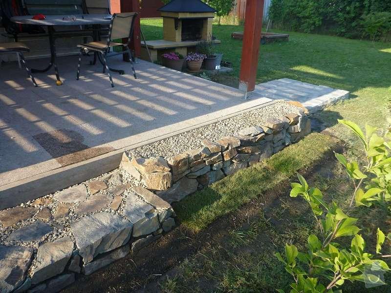 Okapová zídka u terasy, obložení betonové podesty přírodním kamenem: P1020621
