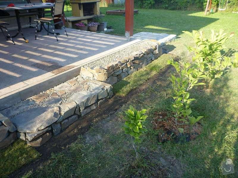 Okapová zídka u terasy, obložení betonové podesty přírodním kamenem: P1020622