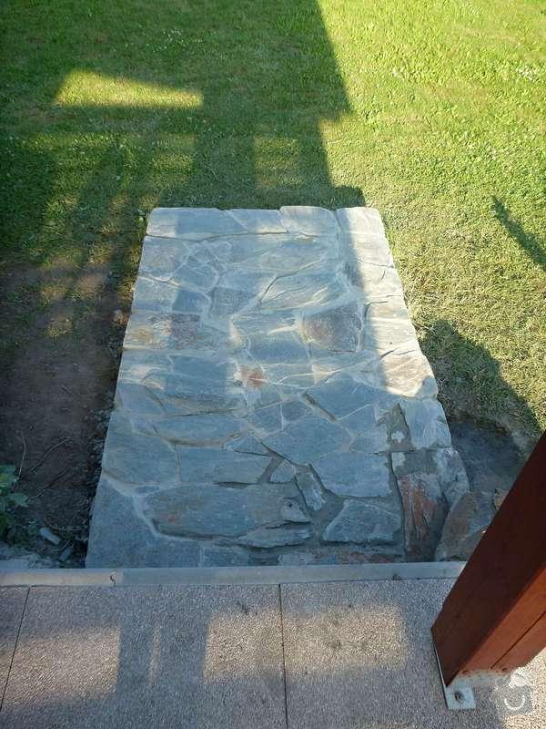 Okapová zídka u terasy, obložení betonové podesty přírodním kamenem: P1020623