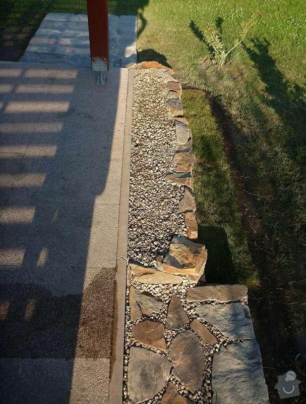 Okapová zídka u terasy, obložení betonové podesty přírodním kamenem: P1020624