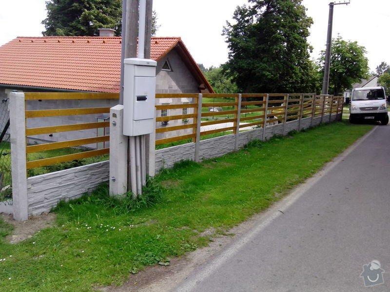 Oplocení RD Dolní Nakvasovice: bet._oploceni_s_drevenou_vyplni_Dolni_Nekvasovice