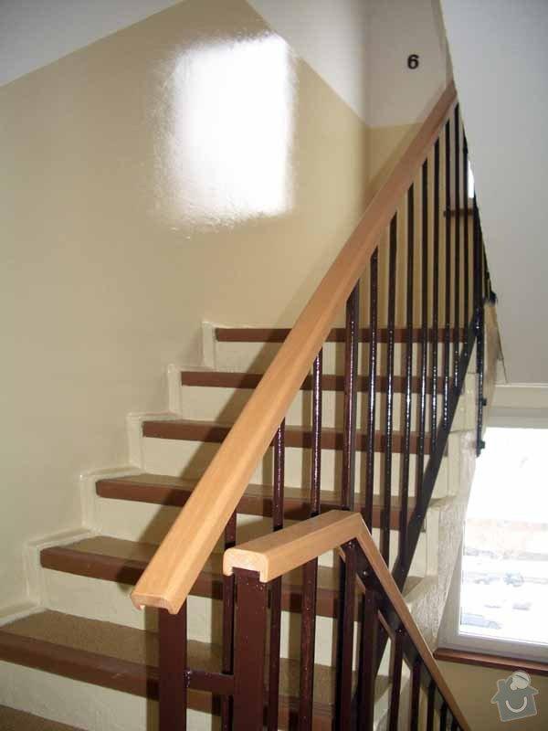 Dřevěná madla zábradlí v panelovém domě: IMGP3436