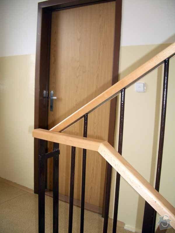 Dřevěná madla zábradlí v panelovém domě: IMGP3439