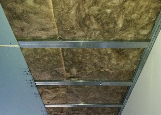 Odhlučnění stropu a stěny v paneláku.