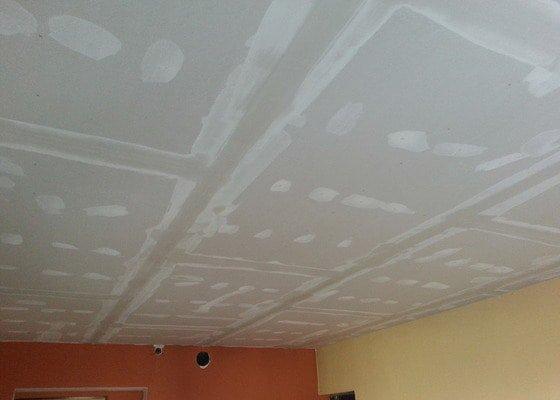 Sádrokarton-strop v obývacím pokoji