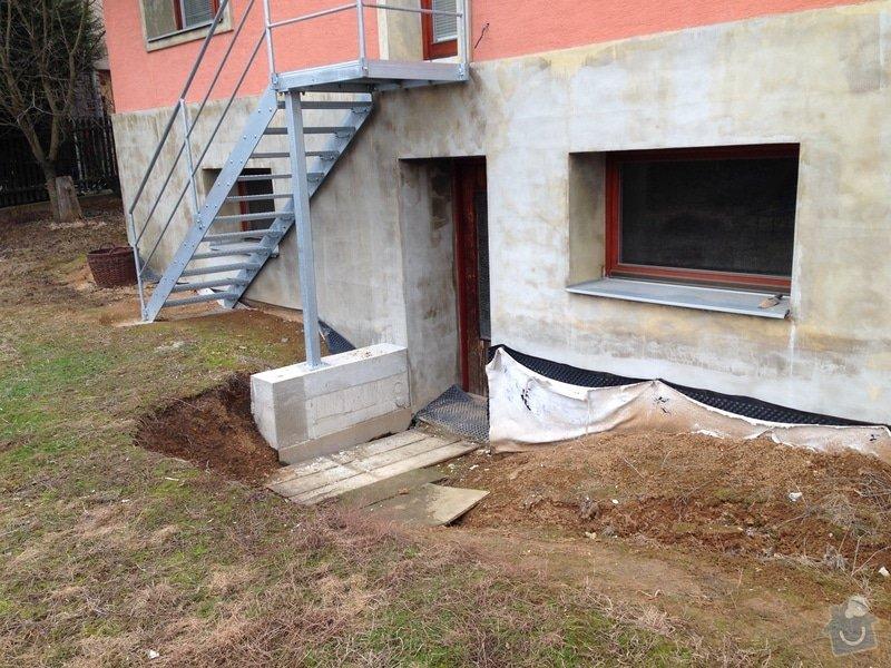 Hydroizolace základů domu, vybetonovat schody ze sklepa na zahradu + nájezd pro sekačku, odvodnit plochu před sklepními dveřmi, kutlivace zahrady, zahradní posezení: IMG_1012
