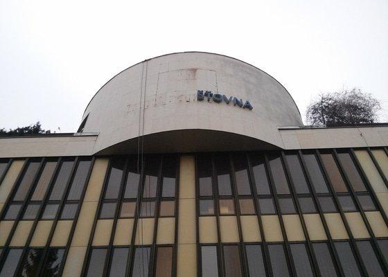 Odstranění  loga z fasády budovy