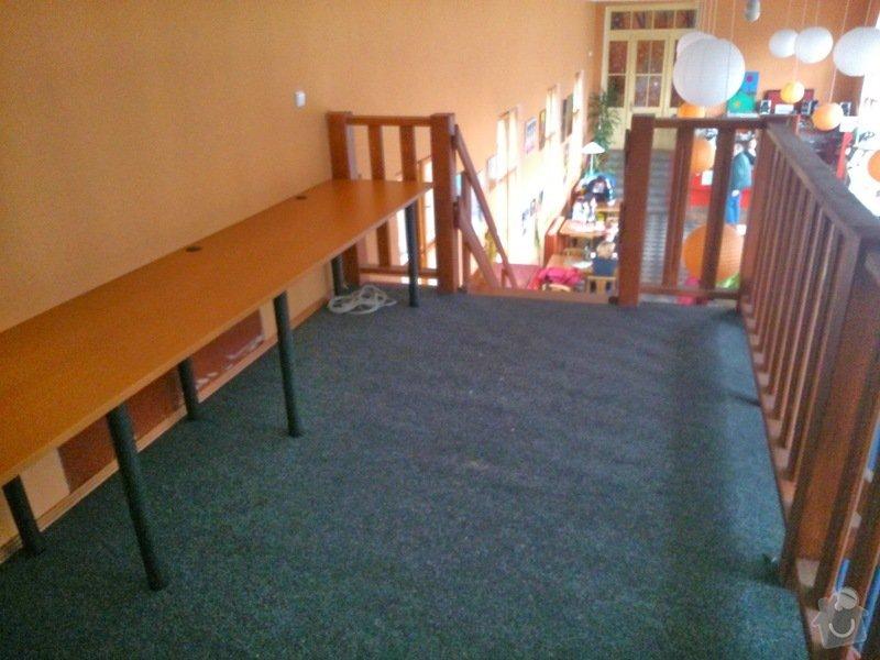 Stůl, podlaha - internetová místnost v kavárně: DSC_0214