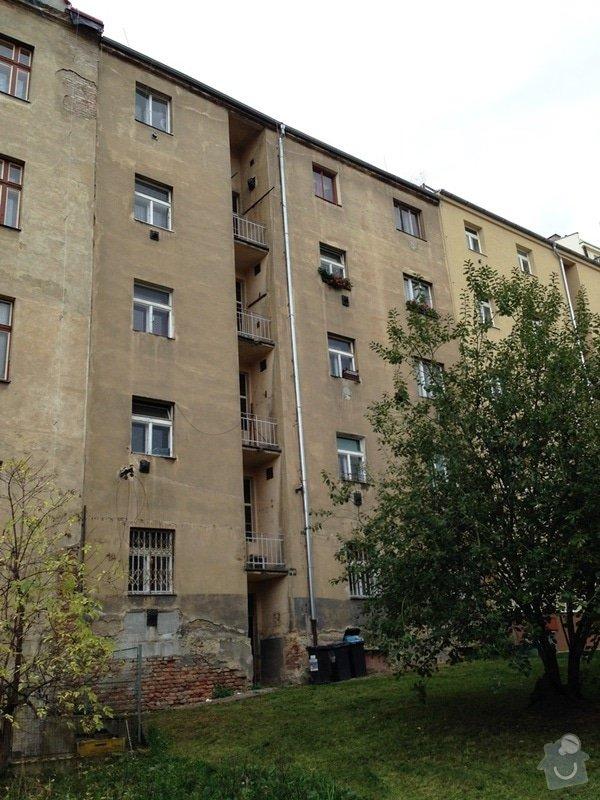 Opravu nátěrů dřevěných oken a malování v 5 bytech Praha 3 Žižkov: dvorni_fasada
