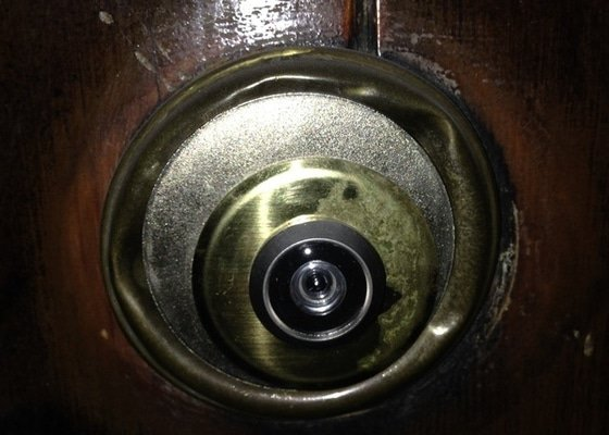 Zabezpečení dvoukřídlých vchodových dveří do bytu