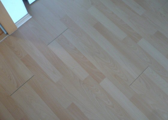 Oprava laminátové podlahy ( škvíry)