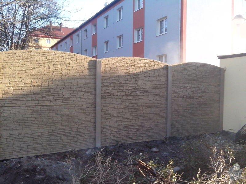 Bet. oplocení Plzeň: bet._oploceni_piskovec_Plzen_radius_oboustranne_zadni_strana