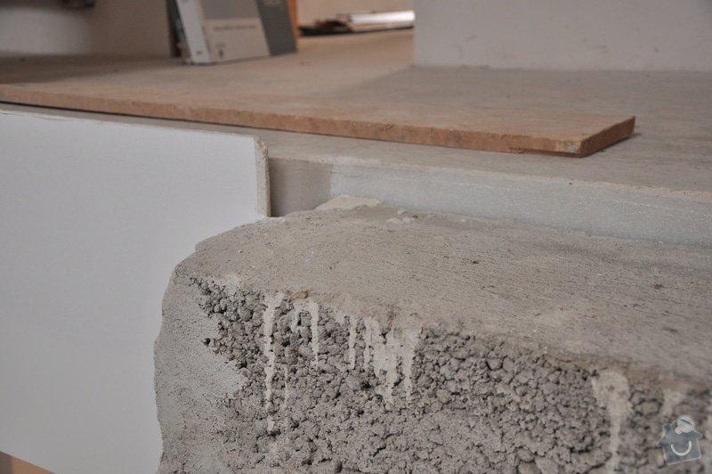 Obložení schodiště, nerezové (dřevěné zábradlí) s mléčným sklem.: _DSC0089