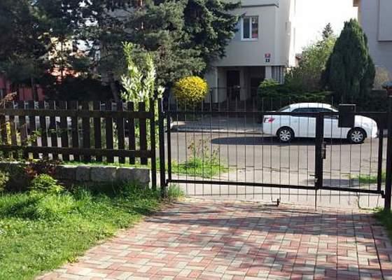 Posuvná brána a předokenní rolety