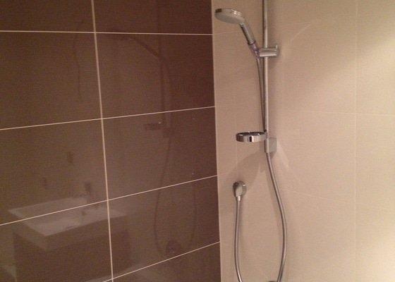 Přívod vody + odpadu k pračce, instalace hlavové sprchy a napojení na podomítkovou baterii