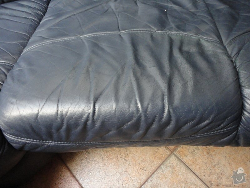 Oprava poškozené kožené sedačky: DSC03734