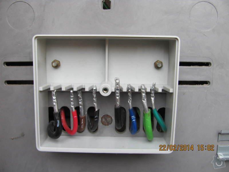 Připojení elektřiny - revizi rozvaděče: Elektromerova_rozvodnice_a_deska_rozvodu_1_