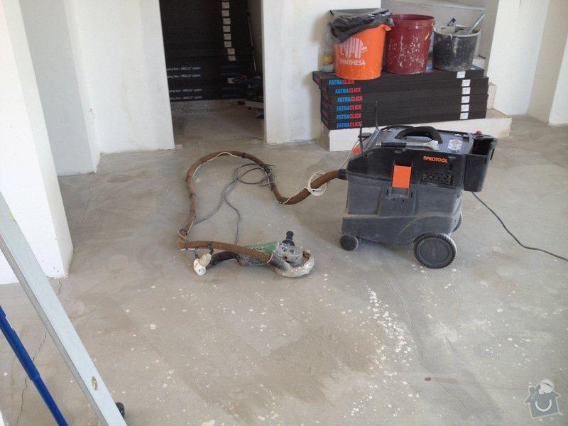 Broušení betonu, vyrovnání podlah samonivelační stěrkou, položení vinylové plovoucí podlahy: IMG_0673