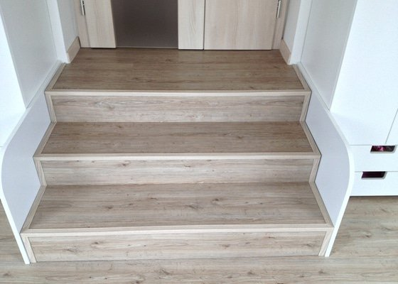 Broušení betonu, vyrovnání podlah samonivelační stěrkou, položení vinylové plovoucí podlahy