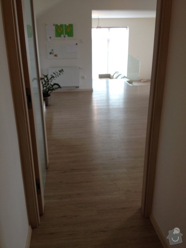 Broušení betonu, vyrovnání podlah samonivelační stěrkou, položení vinylové plovoucí podlahy: IMG_2057