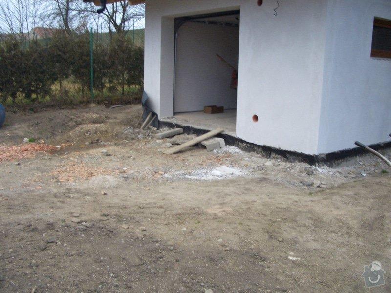 Pokládka zámkové dlažby: pred_garazi
