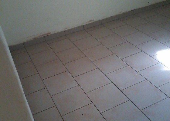 Vyrovnani podlahy o 3cm a poklad 22m2 dlazby
