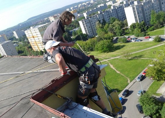 Oprava střechy pergoly.