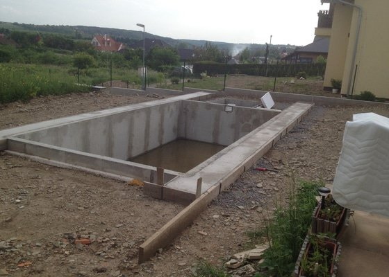 Pokládka pískovcové dlažby kolem bazénu