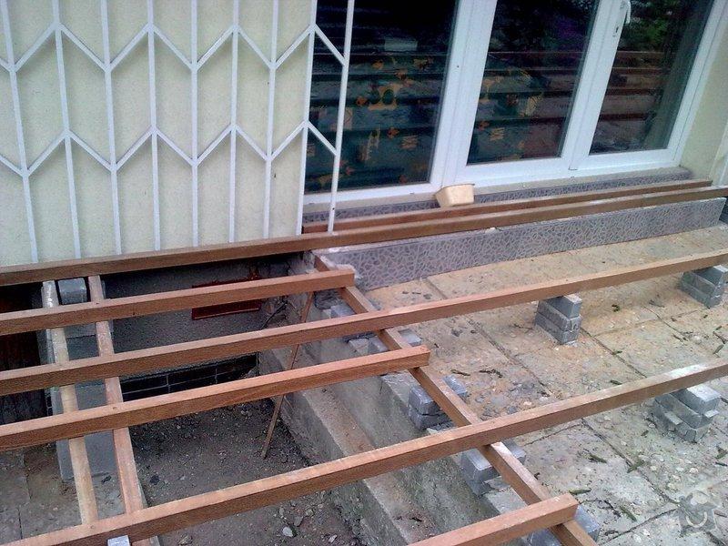 Dřevěna terasa ze schodamy a zabradli: Obraz0077