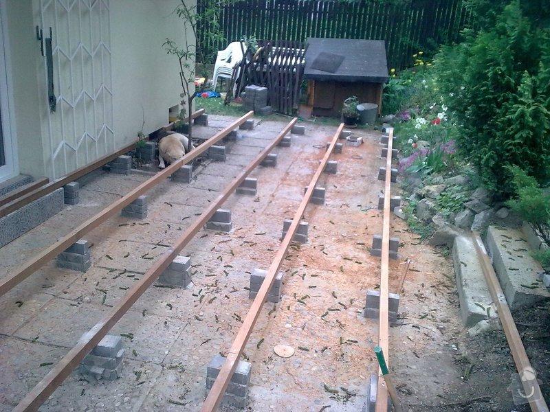 Dřevěna terasa ze schodamy a zabradli: Obraz0078