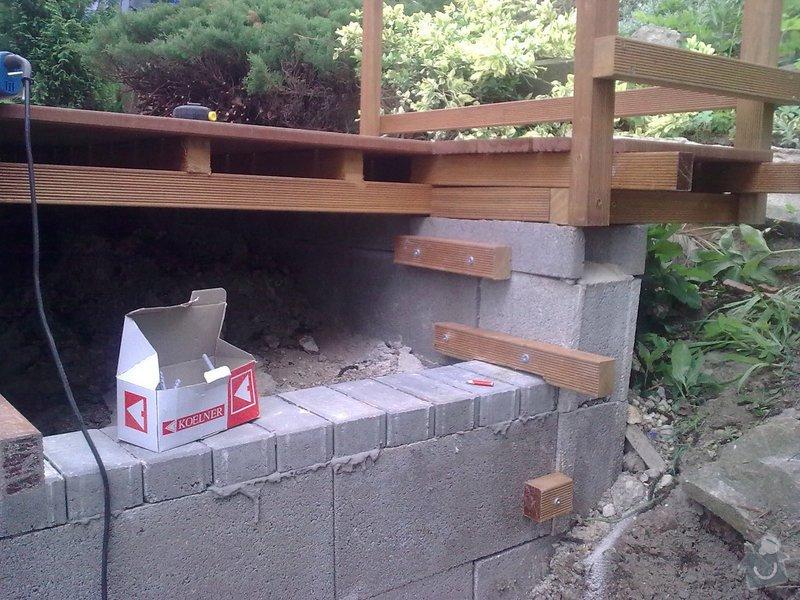 Dřevěna terasa ze schodamy a zabradli: Obraz0079