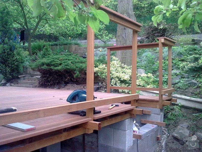 Dřevěna terasa ze schodamy a zabradli: Obraz0080