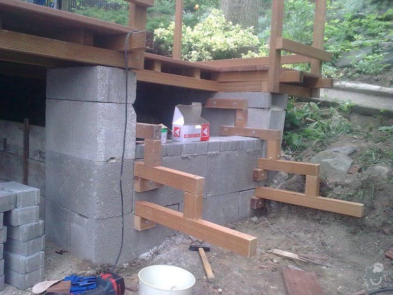 Dřevěna terasa ze schodamy a zabradli: Obraz0082