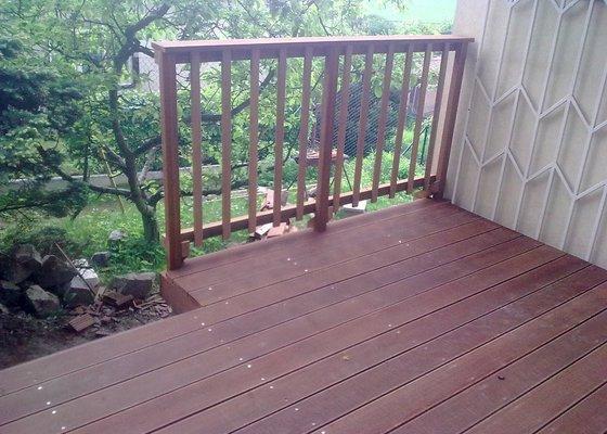 Dřevěna terasa ze schodamy a zabradli