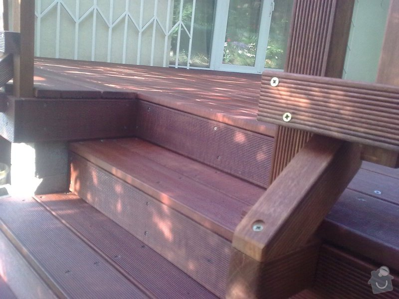 Dřevěna terasa ze schodamy a zabradli: Obraz0112