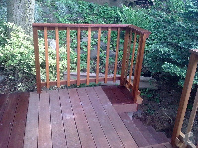 Dřevěna terasa ze schodamy a zabradli: Obraz0094