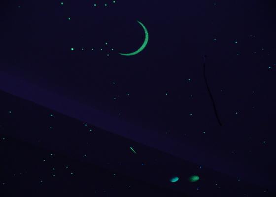 Dekorace dvou dětských pokojů noční oblohou