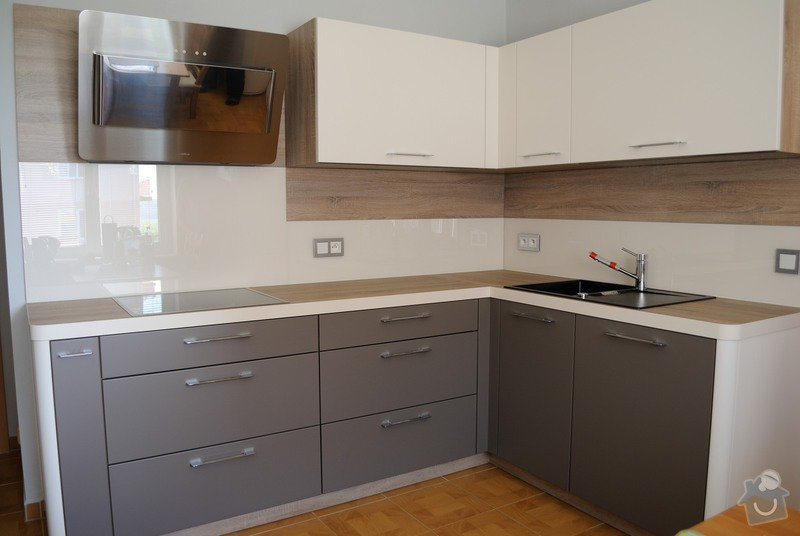 Rohová kuchyně s technickým blokem vysokých skříní: DSC_3301